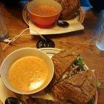 Sopa de tomate y sándwich de pollo con aguacate