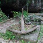 âncora antiga ao lado da gruta