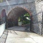 ancien viaduc en pierres à l'entrée du Centre Paul Gauguin