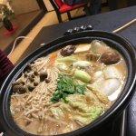 初めて牡丹鍋を食べに来ました。スープは味噌、生姜、山椒の強烈な風味があり甘めなスープでした。体が温まります。イノシシの肉足りるかな?と見た目思ってましたが食べたらお腹いっぱいになりましたね。脂