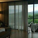 suasana kamar dengan pemandangan pegunungan