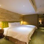 薆悅VIP套房-一大床+舒適客廳 設計風格以時尚高雅色系及進口典雅柚木傢俱為主。每間房有不同元素作為視覺設計與綠色裝飾藝術,房間均配備獨立淋浴設施、浴缸以及LED電視等。
