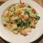 Салат цезарь с креветками.