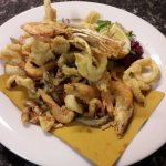 Gran fritto di pesce e crostacei