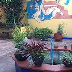 Más arte, nuestro patio en la planta baja y nuestra fuente con peces de colores.