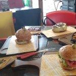 ¡Unas ricas hamburguesas con papas listas para ser degustadas!