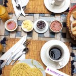El desayuno, podíamos elegir te o café, mermeladas caseras exquisitas con distintos panes.