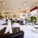 Nyd jeres måltid i vores hyggelige og intime krostue, som bærer præg af det maritime miljø