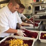 Vores fantastiske køkkenpersonale i fuld sving med at klargøre en festmåltid
