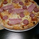 pizza con pancetta e salsiccia