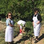 Caty, Teresina y Chef Paola, recogiendo las verduras para cocinar