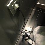 el secador con el cable cortado y enchufado