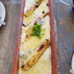 Peixe na telha com quatro queijos e banana assada