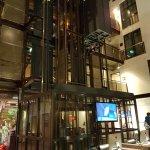 Fahrstuhl und Internetplätze in der Lobby