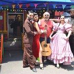 Cantante y bailarines de Encuentro Nativo