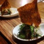 Abrebocas Ensaladilla de Arúgula y Pulpo con Chips de Yuquitas Deshidratadas al Café