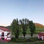 Vista panorámica del Albergue (izquierda) y Casa Rural (derecha)