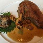 Entenbraten mit Rotkohl, Kartoffelklößen, Christstollensauce und Bratapfel