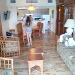 sala de estar y cocina en el fondo