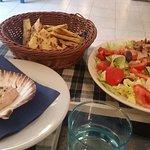gyros (girarrosto verticale di maiale contornato con insalata) 9€ e 2 porzioni di pita 1,50€