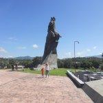 Le muestro a mi hijo la estatua de Maceo y un poco de su historia