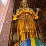 Eindrucksvolle Statue der Göttin Janraisig im Gandan-Kloster