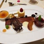 Créme Brulée, weiße Schokolade, Nektannen-Mascarponeeis, rote Grütze