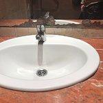 Espejo en mal estado baño planta baja caballeros.