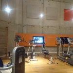 salle de fitness avec plafond cathedrale
