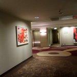 Flur mit abstrakter Kunst