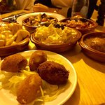 Surtido 6 tapas( 22 euros): patatasbravas, tumbet, albóndigas, frito mallorquin, ensaladilla