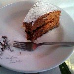 Torta buonissima servita su piatti caratteristici del posto