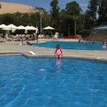 Mi nieta en la piscina