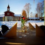 Hyggelig dekket bord med utsikt til den fredede Barfrøstua