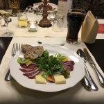 Wildschweinschinken an Feldsalat in Himbeer-Vinaigrette und Baguette