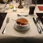 Rotes Currysüppchen mit frittiertem Rucola und Garnelenspieß