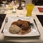 Schweinefiletmedaillons mit Rahmsauce, verfeinert mit groben Senf