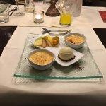 Vanilleeis mit Schokoraspeln, Crème brûlée garniert mit diversem Obst