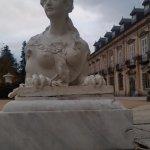 Escultura en el patio del Palacio frente a los jardines reales.