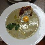 Sopa de habitas con jamon al horno y su huevecillo de codorniz