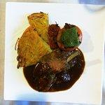 Côtelettes d'agneau, tomate farcie de légumes, pommes paillasson