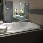 Ample towels supplied and all the soaps, shampoo, bubble bath topped up each day. Separate showe