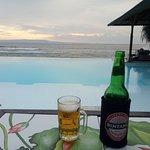 Sundowner mit Blick auf Pool und Meer