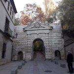 en la misma calle del hotel,La Puerta de las Granadas que da entrada al bosque de la Alhambra.