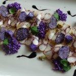 Antipasto: carpaccio di polipo al Cardamomo, patate viola e sapa piccante