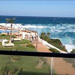 Vistas laterales al mar y a las instalaciones del hotel desde el salón del apartamento.