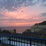 Solnedgång sett från min balkong. Vägen syns också