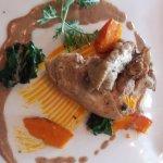 Suprême de volaille au foin, crème champignons et mousseline épinards-potimarron