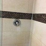 le falta parrillas para ubicar jabón/shampoo