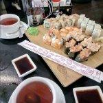 Набор суши и роллов, чай фруктовый